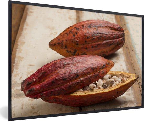Foto in lijst - Tropische peulenschil van cacaoboon op houten tafel fotolijst zwart 60x40 cm - Poster in lijst (Wanddecoratie woonkamer / slaapkamer)