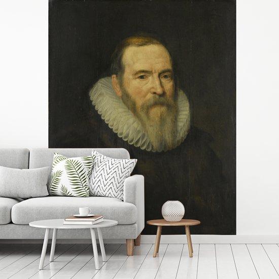 Fotobehang vinyl - Portret van Johan van Oldenbarnevelt - Schilderij van Michiel Jansz van Mierevelt breedte 265 cm x hoogte 350 cm - Foto print op behang (in 7 formaten beschikbaar)