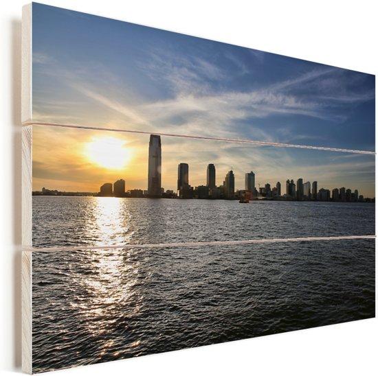 De zon gaat langzaam onder achter de stad Jersey City in Amerika Vurenhout met planken 60x40 cm - Foto print op Hout (Wanddecoratie)