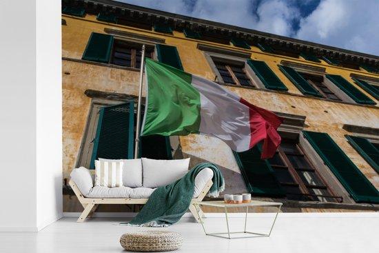 Fotobehang vinyl - Typische oude gevel met een Italiaanse vlag breedte 360 cm x hoogte 240 cm - Foto print op behang (in 7 formaten beschikbaar)