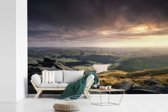Fotobehang vinyl - Luchtfoto van het rotslandschap in het Engelse Nationaal park Peak District breedte 600 cm x hoogte 400 cm - Foto print op behang (in 7 formaten beschikbaar)
