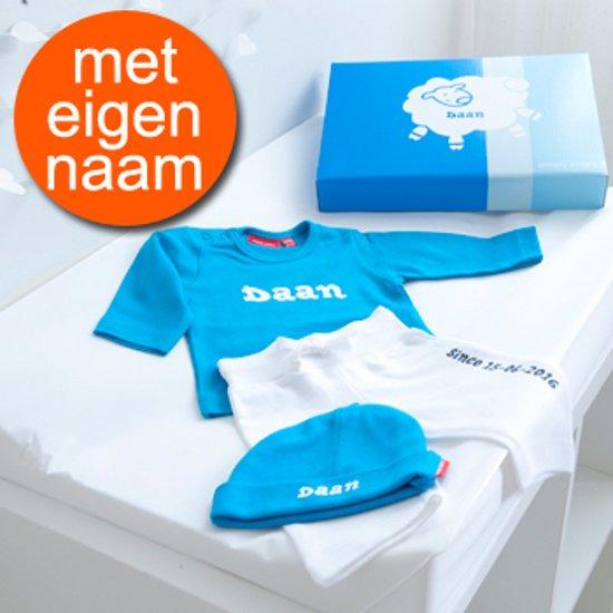 Kraamcadeau t-shirt lange mouw en broekje met naam – jongen (3-6 mnd)