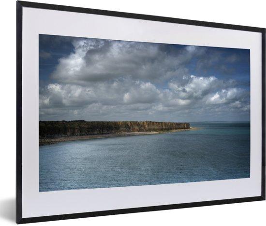 Foto in lijst - De klif van Pointe Du Hoc bij Normandië in Frankrijk fotolijst zwart met witte passe-partout 60x40 cm - Poster in lijst (Wanddecoratie woonkamer / slaapkamer)