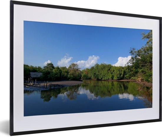Foto in lijst - Weerspiegeling van het groene landschap van het Nationaal Park Alas Purwo fotolijst zwart met witte passe-partout 60x40 cm - Poster in lijst (Wanddecoratie woonkamer / slaapkamer)