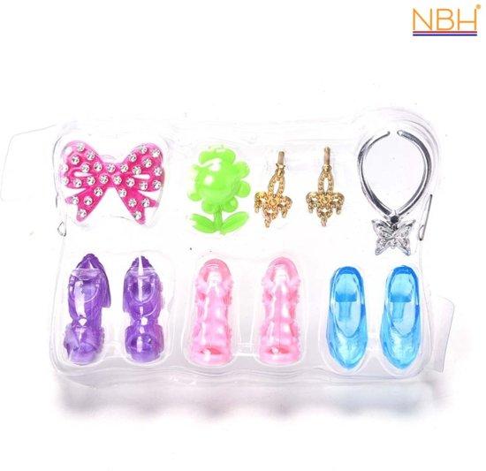 3 paar schoenen, 1 collier, oorbellen en haarclips voor de Barbie pop