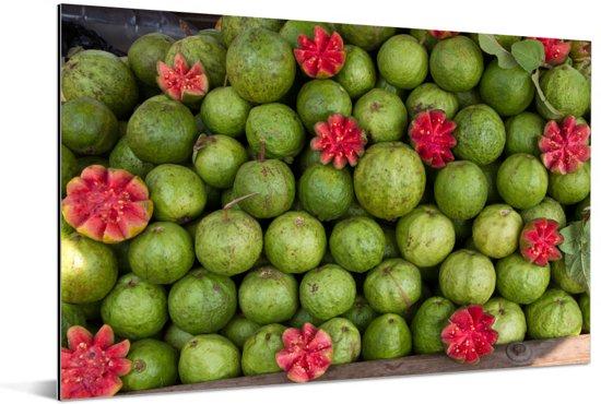 Groene buitenkant van de guave en kleuren van het vruchtvlees Aluminium 90x60 cm - Foto print op Aluminium (metaal wanddecoratie)