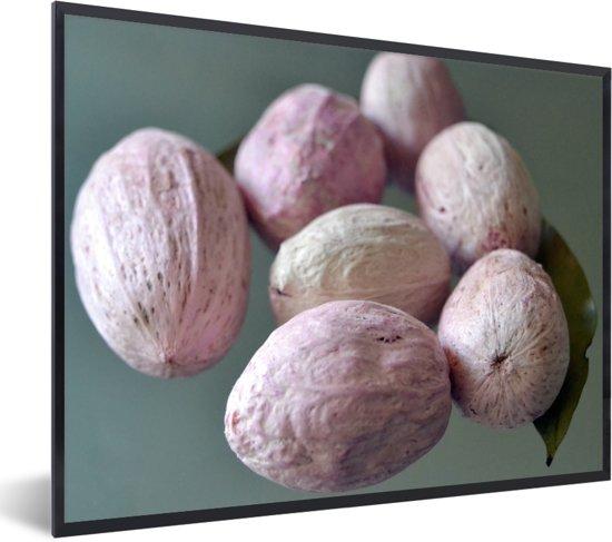 Foto in lijst - Close up van de lichte kleuren van de macadamianoten op tafel fotolijst zwart 40x30 cm - Poster in lijst (Wanddecoratie woonkamer / slaapkamer)
