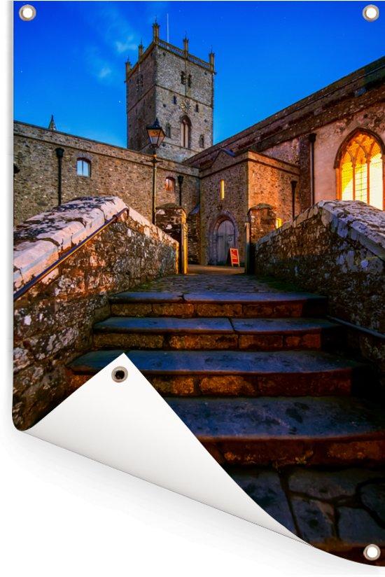 De achterkant van de eeuwenoude St David's kathedraal in Wales Tuinposter 80x120 cm - Tuindoek / Buitencanvas / Schilderijen voor buiten (tuin decoratie)