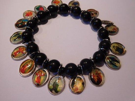 Armband parels zwart met bedels heiligen.