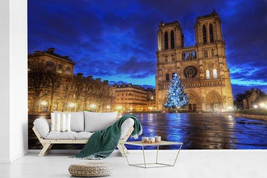 Fotobehang vinyl - Mooie blauwe lucht boven de Notre Dame in Parijs breedte 560 cm x hoogte 360 cm - Foto print op behang (in 7 formaten beschikbaar)