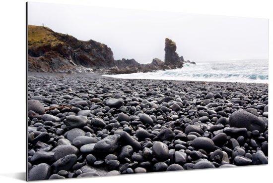 Black Lava Pearl Beach op het schiereiland in IJsland Aluminium 120x80 cm - Foto print op Aluminium (metaal wanddecoratie)