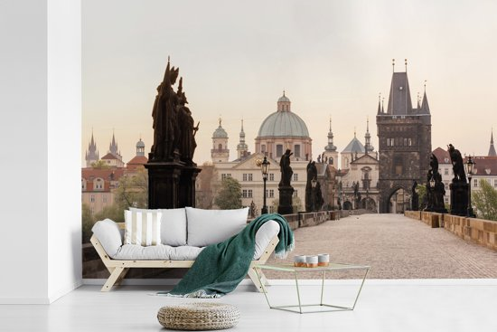 Fotobehang vinyl - De Karelsbrug in de vroege ochtend met historisch Praag op de achtergrond breedte 540 cm x hoogte 360 cm - Foto print op behang (in 7 formaten beschikbaar)
