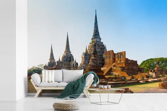 Fotobehang vinyl - Mooie blauwe lucht boven de tempels in Ayutthaya breedte 420 cm x hoogte 280 cm - Foto print op behang (in 7 formaten beschikbaar)