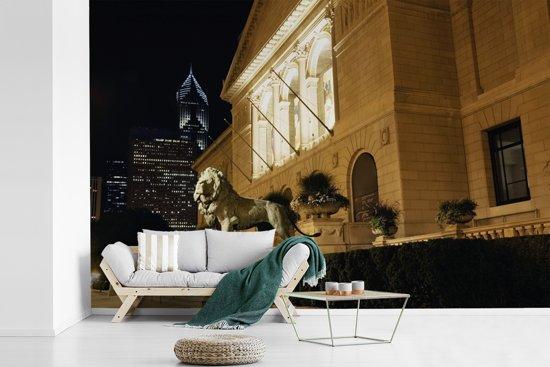 Fotobehang vinyl - Standbeeld van leeuw voor het Art Institute of Chicago breedte 420 cm x hoogte 280 cm - Foto print op behang (in 7 formaten beschikbaar)