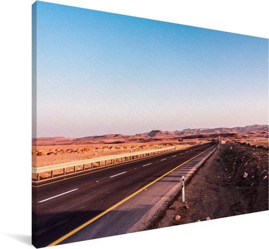 Snelweg midden door de woestijn in de Makhtesh Ramon Canvas 140x90 cm - Foto print op Canvas schilderij (Wanddecoratie woonkamer / slaapkamer)