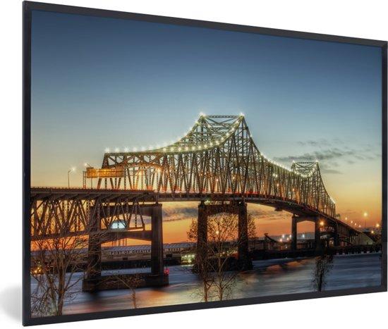 Foto in lijst - De brug bij het Amerikaanse Baton Rouge in de schemering fotolijst zwart 60x40 cm - Poster in lijst (Wanddecoratie woonkamer / slaapkamer)