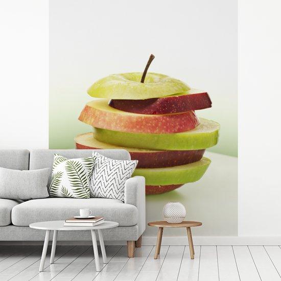 Fotobehang vinyl - Groene en rode appelschijven op elkaar breedte 300 cm x hoogte 360 cm - Foto print op behang (in 7 formaten beschikbaar)