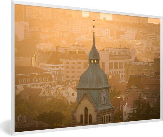 Foto in lijst - De koepel en klok van de Duitse protestantse kerk in Qingdao fotolijst wit 60x40 cm - Poster in lijst (Wanddecoratie woonkamer / slaapkamer)