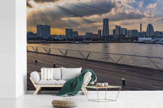 Fotobehang vinyl - Zonnestralen schijnen over de Japanse stad Yokohama breedte 330 cm x hoogte 220 cm - Foto print op behang (in 7 formaten beschikbaar)