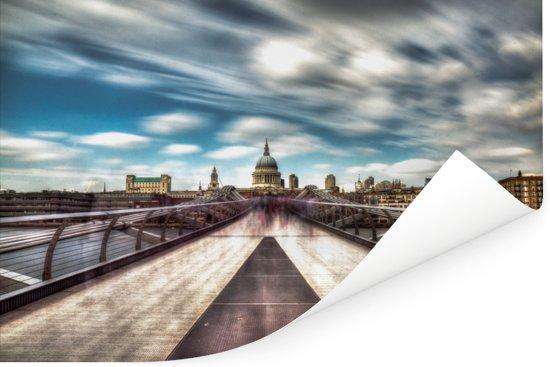 Prachtig wolkenveld boven de Millennium Bridge in Engeland Poster 180x120 cm - Foto print op Poster (wanddecoratie woonkamer / slaapkamer) XXL / Groot formaat!
