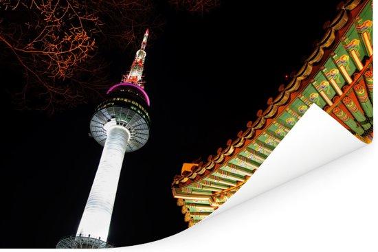 Close-up van de Aziatische N-Seoel Tower in de avond Poster 120x80 cm - Foto print op Poster (wanddecoratie woonkamer / slaapkamer)