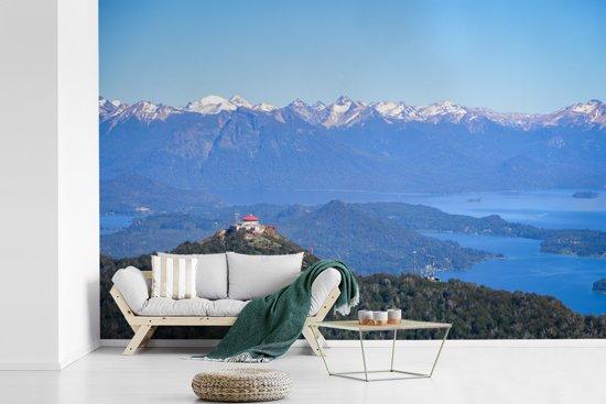 Fotobehang vinyl - Luchtfoto van Andesgebergte en Nahuel Huapi meer in Argentinië breedte 600 cm x hoogte 400 cm - Foto print op behang (in 7 formaten beschikbaar)