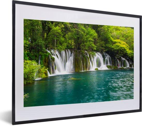 Foto in lijst - De groene natuur boven de watervallen in nationaal park Erawan fotolijst zwart met witte passe-partout klein 40x30 cm - Poster in lijst (Wanddecoratie woonkamer / slaapkamer)