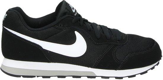 160bdf27644 bol.com   Nike Jongens Sneakers Md Runner 2 (gs) - Zwart - Maat 38
