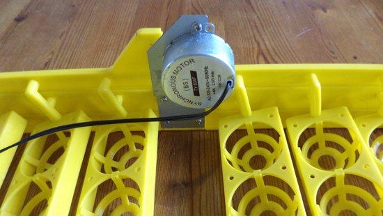 Automatisch keersysteem voor 48 broedeieren