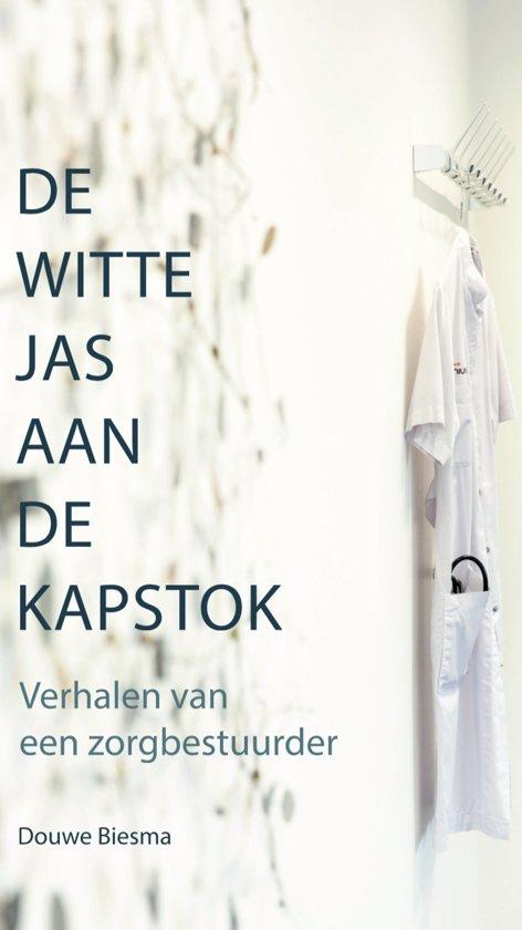 De witte jas aan de kapstok