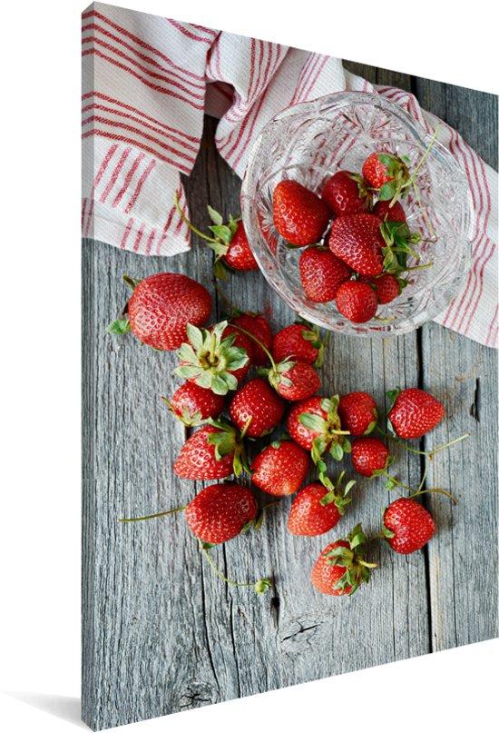 Verse aardbeien op een picknicktafel Canvas 40x60 cm - Foto print op Canvas schilderij (Wanddecoratie woonkamer / slaapkamer)