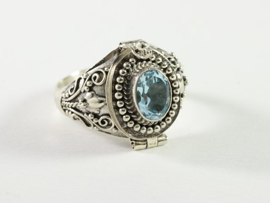 Bewerkte zilveren gifring met blauwe topaas