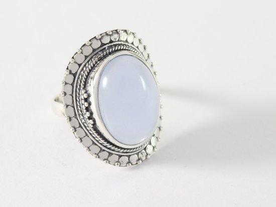 Bewerkte zilveren ring met blauwe chalcedoon