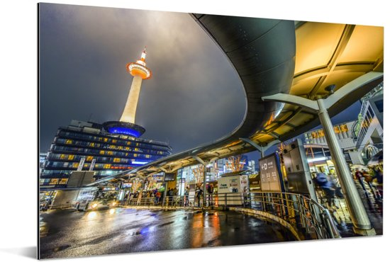 Het hoogste gebouw van Kioto in Japan tijdens de nacht Aluminium 90x60 cm - Foto print op Aluminium (metaal wanddecoratie)