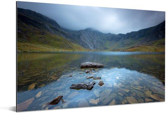 Weerspiegeling in het water van de bergen in Snowdonia Aluminium 120x80 cm - Foto print op Aluminium (metaal wanddecoratie)
