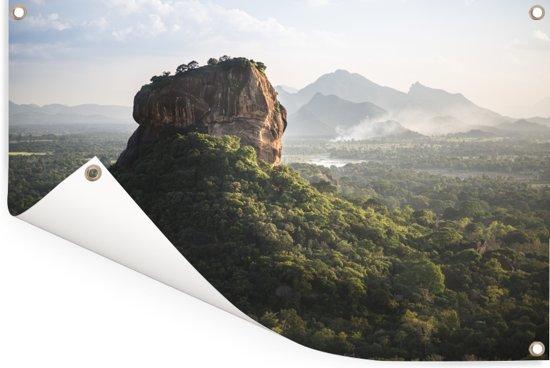Zonsondergang achter de Sigiriya in Sri Lanka Tuinposter 60x40 cm - klein - Tuindoek / Buitencanvas / Schilderijen voor buiten (tuin decoratie)