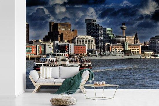 Fotobehang vinyl - Veerboot in het Europese Liverpool op rivier Mersey met een donkere hemel breedte 450 cm x hoogte 300 cm - Foto print op behang (in 7 formaten beschikbaar)