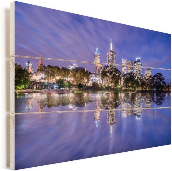 Paarse tinten boven een prachtig verlicht Melbourne in Australië Vurenhout met planken 90x60 cm - Foto print op Hout (Wanddecoratie)