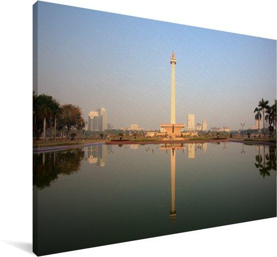 Weerspiegeling van Monas in het water in Jakarta Canvas 140x90 cm - Foto print op Canvas schilderij (Wanddecoratie woonkamer / slaapkamer)
