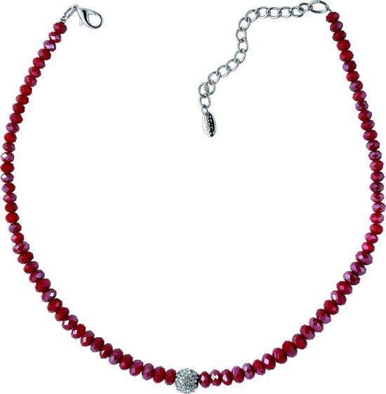 Korte ketting met rode facet geslepen glaskralen en strass steentjes