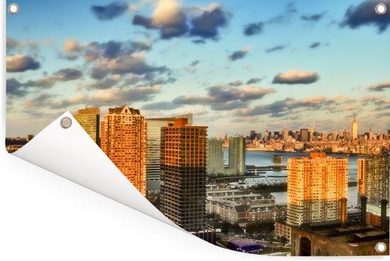 De zonnestralen schijnen over de wolkenkrabbers van Jersey City in Amerika Tuinposter 180x120 cm - Tuindoek / Buitencanvas / Schilderijen voor buiten (tuin decoratie) XXL / Groot formaat!