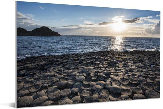 De Giant's Causeway bij de Noord-Ierse kust tijdens zonsondergang Aluminium 60x40 cm - Foto print op Aluminium (metaal wanddecoratie)