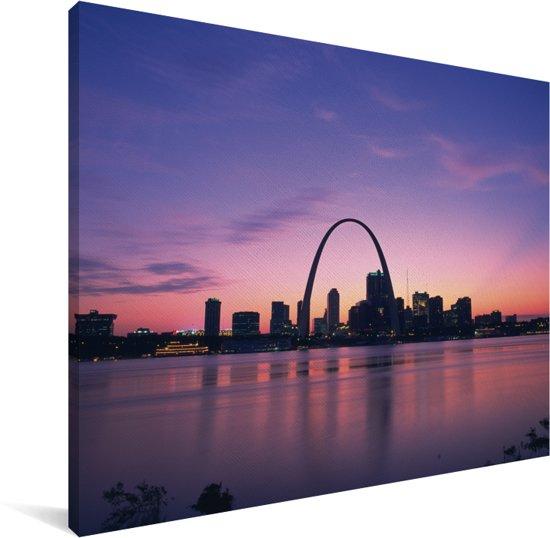 Een paars getinte lucht boven de Gateway Arch bij schemering in Amerika Canvas 80x60 cm - Foto print op Canvas schilderij (Wanddecoratie woonkamer / slaapkamer)