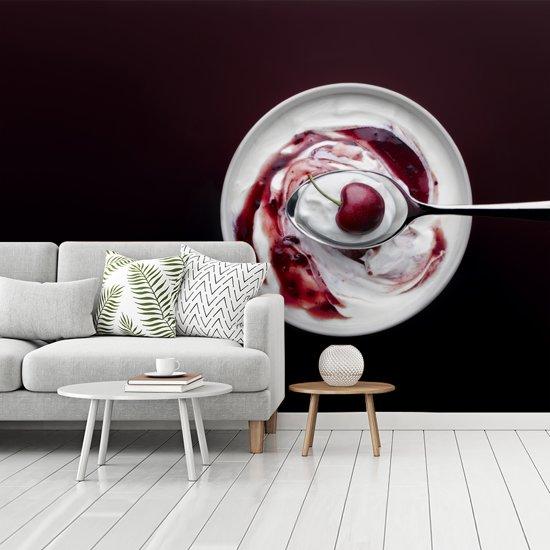 Fotobehang vinyl - Sappige kers in schaal yoghurt breedte 360 cm x hoogte 270 cm - Foto print op behang (in 7 formaten beschikbaar)