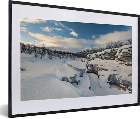 Foto in lijst - Het besneeuwde landschap in het Nationaal park Abisko in Zweden fotolijst zwart met witte passe-partout 60x40 cm - Poster in lijst (Wanddecoratie woonkamer / slaapkamer)