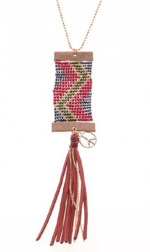 Ibiza ketting met hanger van kraaltjes en daaraan een lederen flosje.