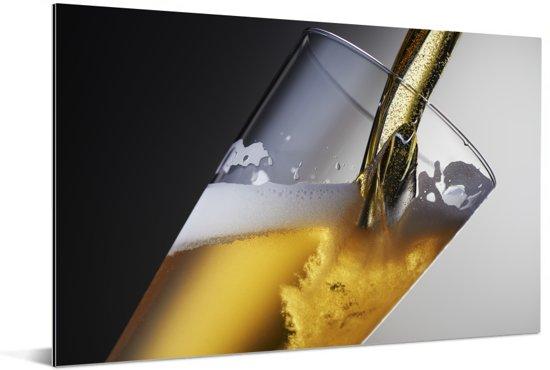 Getapt bier op een donkere achtergrond Aluminium 90x60 cm - Foto print op Aluminium (metaal wanddecoratie)