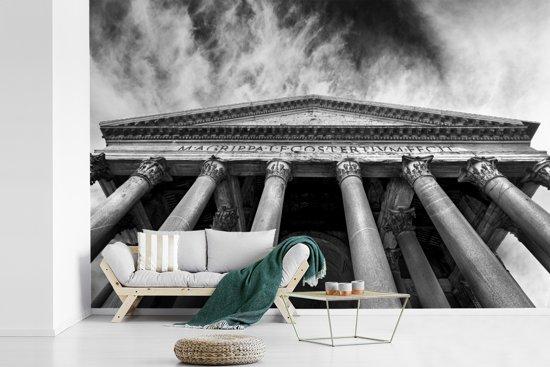Fotobehang vinyl - Pantheon in Rome zwart-wit vanaf onderen breedte 540 cm x hoogte 360 cm - Foto print op behang (in 7 formaten beschikbaar)