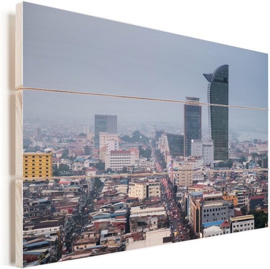 De hoge gebouwen van Phnom Penh in het Aziatische Cambodja Vurenhout met planken 60x40 cm - Foto print op Hout (Wanddecoratie)