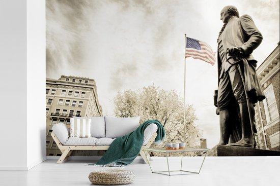 Fotobehang vinyl - Zwart-wit foto van standbeeld van George Washington met de Amerikaanse vlag breedte 540 cm x hoogte 360 cm - Foto print op behang (in 7 formaten beschikbaar)
